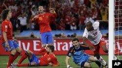 Switzerland's Gelson Fernandes (center) celebrates after scoring against Spain in Durban, 16 jun 2010
