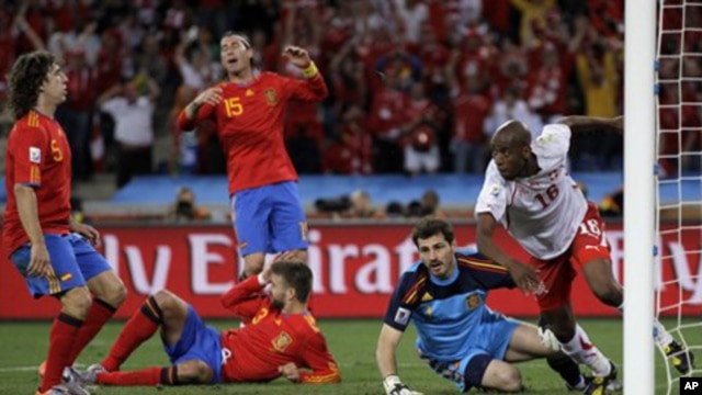 Switzerland's Gelson Fernandes (center) celebrates after scoring against  Spain in Durban, 16 jun 2010