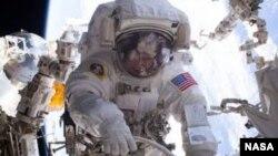 Astronot perempuan NASA, sedang melakukan spacewalk, Maret 2017.