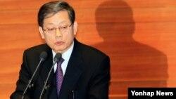 14일 한국 국회 본회의장에서 열린 대정부질문에서 질의에 답변하는 김황식 한국 국무총리.