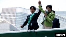 ARSIP – Gubernur Tokyo dan ketua partai Tokyo Citizens First, Yuriko Koike (Kanan) berpidato kepada para pemilih di atas mobil kampanye setelah kampanye pemilu secara resmi diluncurkan di Tokyo, 23 Juni 2017 (foto: REUTERS/Issei Kato/Foto Arsip)