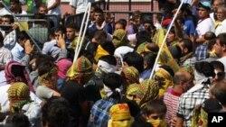 ژمارهیهک له خۆپـیشـاندهرانی کورد له ئستهنبوڵ که ناڕهزایی بهرامبهر هێرشهکانی تورکیا بۆ سهر بنکهکانی پهکهکه دهردهبڕن، پـێـنجشهممه 1 ی نۆی 2011