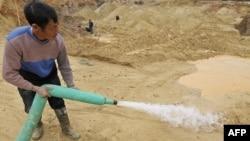 Một công nhân Trung Quốc làm việc tại một mỏ đất hiếm trong tỉnh Giang Tây