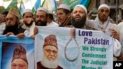 Người Pakistan biểu tình lên án vụ hành quyết lãnh đạo Hồi giáo Bangladesh Motiur Rahman Nizami, ngày 11/5/2016. Ông Nizami bị xử tử vì những tội ác phạm phải trong cuộc chiến tranh giành độc lập từ Pakistan vào năm 1971.