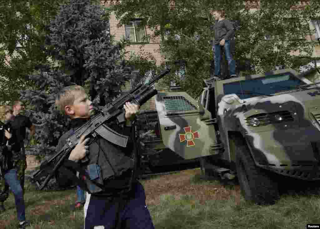 Українські військові дали хлопчику автомат у Соледарі. Зброя на запобіжнику.