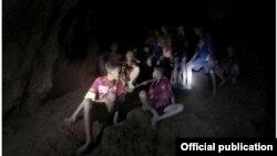 မဲဆိုင္ Tham Luang cave လိႈဏ္ဂူထဲ ပိတ္မိေနတဲ့ ေတာ၀က္ေဘာလံုး အသင္း၀င္မ်ား။