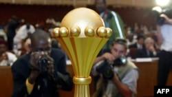 Le trophée de la CAN présenté, à Bamako, Mali, le 17 janvier 2002