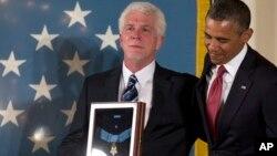 바락 오바마 미국 대통령(오른쪽)이 11일 백악관에서 에밀 카푼 대위의 조카 레이 카푼 (왼쪽)에게 명예 훈장을 전달하고 있다.