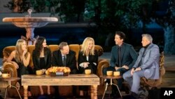 "Dari kiri: Jennifer Aniston, Courteney Cox, Matthew Perry, Lisa Kudrow, David Schwimmer dan Matt LeBlanc dalam sebuah adegan dari reuni spesial ""Friends"". (Terence Patrick / HBO Max via AP)"