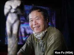雕塑奖座的陈维明(美国之音国符拍摄)