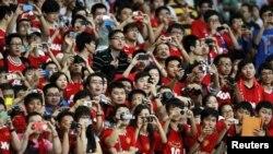 在上海的曼聯球迷拍攝曼聯訓練的鏡頭。曼聯定於7月25日與上海申花舉行友誼賽。(路透社)