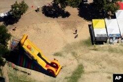 Personal del FBI examina un área alrededor de un tobogán inflable en Christmas Hill Park, la escena del tiroteo mortal del domingo 29 de julio de 2019 en Gilroy, California.