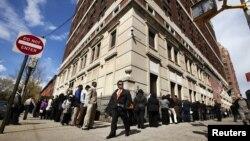 Para pencari kerja mengantre di pameran lapangan kerja di New York.