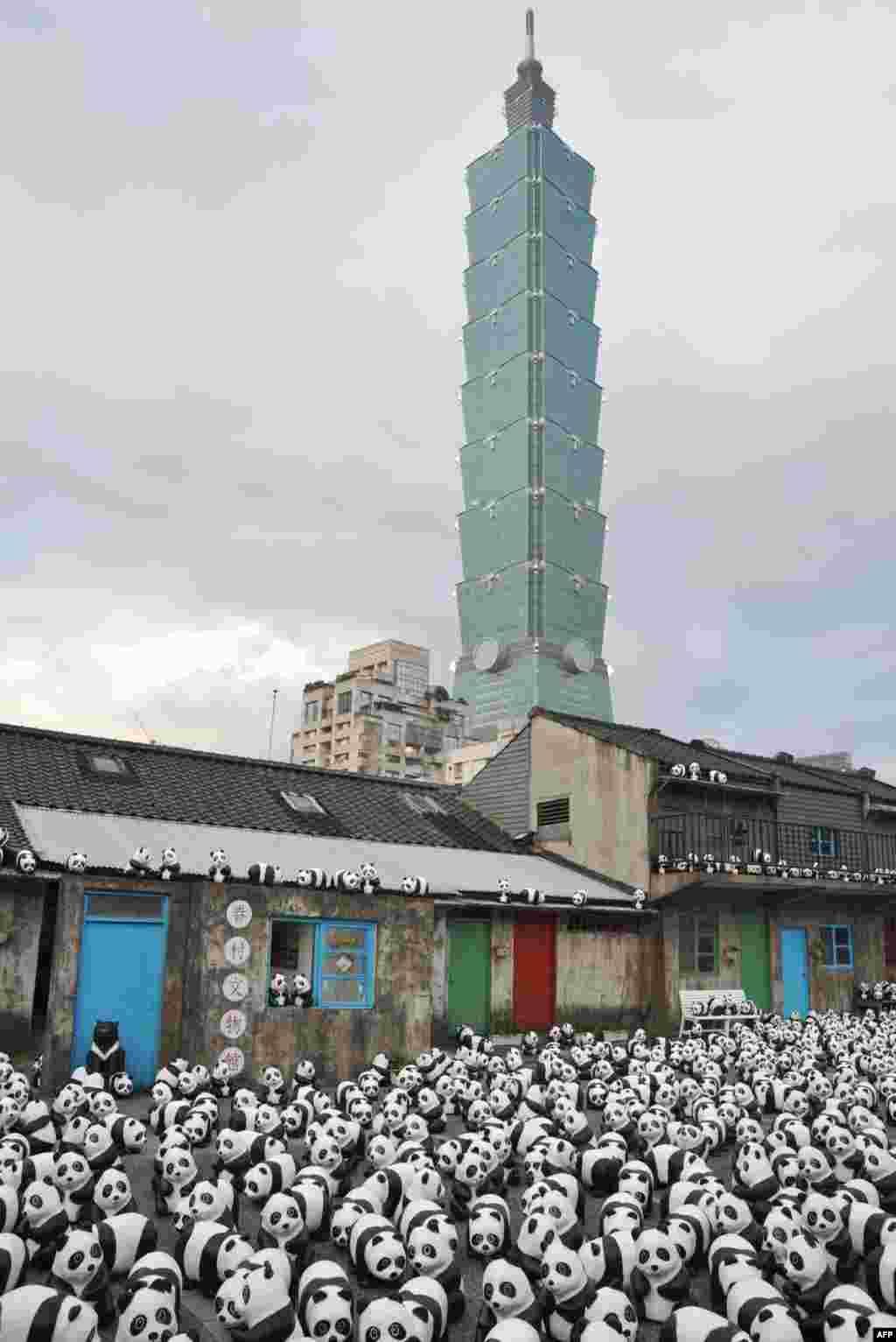 """타이완 서남부 대남 시의 101 빌딩 인근에서 """"펜다 온 투어"""" 전시회 가 열렸다. 프랑스 작가의 작품인 1천6백 여 마리의 종이 팬다가 거리에 전시되어 있다."""