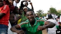 15일 부룬디 수도 부잠부라 거리에서 피에르 은쿠룬지자 대통령 지지자들이 대통령의 귀국을 환영하고 있다.
