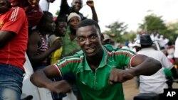 Người ủng hộ Tổng thống Pierre Nkurunziza chào đón sự trở về của ông.