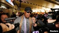 Cựu ngôi sao bóng rổ Mỹ Dennis Rodman nói chuyện với các nhà báo tại phi trường Bắc Kinh sau khi trở về từ Bắc Triều Tiên.