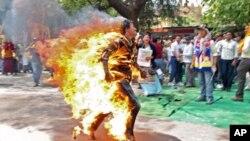 Anh Jamphel Yeshi, 27 tuổi, một người Tây Tạng ở Ấn Độ tự thiêu, anh chạy trên đường phố New Delhi như ngọn đuốc sống vào ngày 26 tháng 3