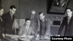 Борис Меньшагин (в центре)