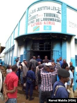 Le parquet prés le tribunal de paix de Lubumbashi a été incendié par les manifestants, le 19 décembre 2017. (VOA/Narval Mabila)