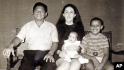 Autorica Maya Soetoro-Ng i njezin brat Barack Obama s majkom Ann Dunham i Mayinim ocem Lolo Soetorom