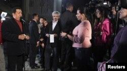 El presidente Hugo Chávez autorizó que diplomáticos estadounidenses visiten al presunto mercenario detenido en Venezuela.
