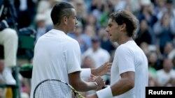 Nick Kyrgios (derecha), número 144 en el ranking mundial, logró convertir 37 aces en su triunfo ante Rafael Nadal.