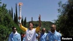 Prosesi penyalaan obor Olimpiade 2016 di Yunani (21/4). Obor ini akan dibawa lari estafet ke lokasi penyelenggaraan pesta olah raga dunia 2016 di Rio de Janeiro, Brazil.