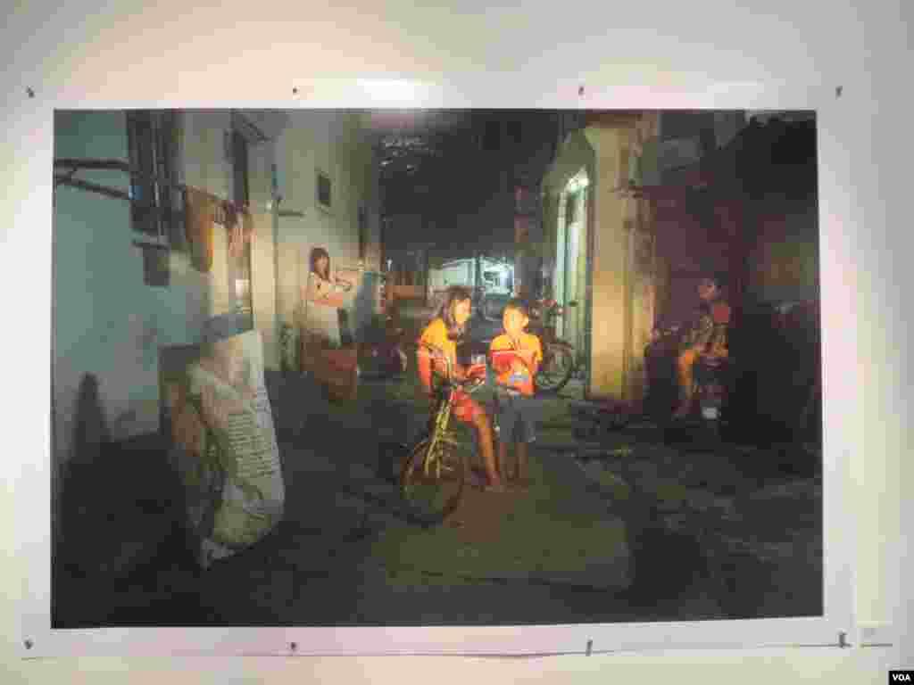 ពិព័រណ៍កម្រងរូបថតមានឈ្មោះថា «រាត្រីក្នុងក្រុង» ឬ 'In the City by Night' ជាស្នាដៃរបស់លោក សុវណ្ណ ភីឡុង ដាក់បង្ហាញនៅហាងកាហ្វេ និងវិចិត្រសាល Java Cafe and gallery ពីថ្ងៃទី៩ ខែកញ្ញា ដល់ថ្ងៃទី១១ ខែតុលា ឆ្នាំ២០១៥ ។ ថ្ងៃពុធ ទី៩ ខែកញ្ញា ឆ្នាំ២០១៥។ (សើ សាយ្យាណា/VOA)