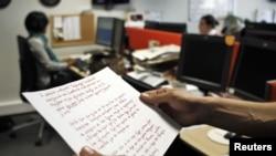 Wartawan Reuters menunjukkan fotokopi tulisan tangan yang ditinggalkan Christoulas Dimitris (77 tahun) sebelum bunuh diri di Athena.