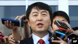 韩国左派政党统一进步党领袖李石基离开国会时对记者讲话。(2013年9月4日资料照)