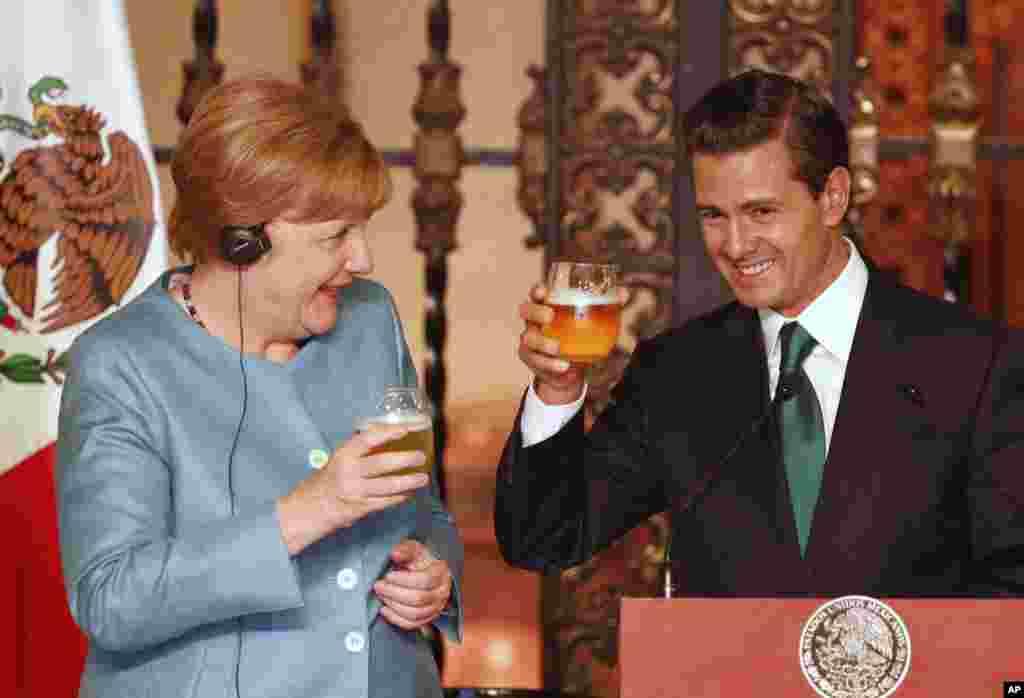 آنگلا مرکل صدراعظم آلمان و «انریکه پنیا نیتو» رئیس جمهوری مکزیک پس از نشست خبری در مکزیکوسیتی آبجو می خورند.
