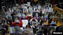 韩国学生手举已经去世的二战慰安妇照片在日本驻首尔大使馆前进行反日集会。(2015年12月30日)
