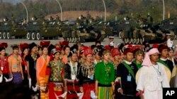 Dân Myanmar trong trang phục các sắc tộc khác nhau diễn hành, phía trước hàng xe tăng, mừng ngày Lễ Độc lập ở Naypyitaw, Myanmar, 4/1/15