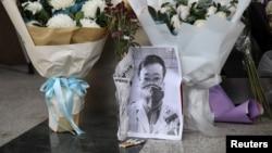 """武漢疫情""""吹哨人""""李文亮醫生因感染新冠病毒去世後武漢中心醫院大門處的臨時祭壇。(2020年2月7日)"""