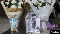 """武汉疫情""""吹哨人""""李文亮医生因感染新冠病毒去世后武汉中心医院大门处的临时祭坛。(2020年2月7日)"""