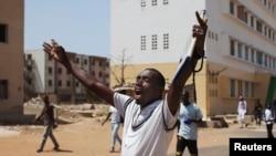 Un étudiant chante un slogan lors de manifestations contre l'augmentation des frais universitaires à l'université Cheikh Anta Diop, à Dakar, le 9 avril 2013.