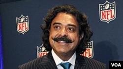 El nuevo dueño del equipo de fútbol americano, Shahid Khan, saluda a la prensa.