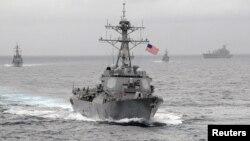 Mỹ đã phái khu trục hạm USS Lassen tiến gần khu vực trong phạm vi 12 hải lý cách một bãi đá mà Trung Quốc chiếm đóng và tuyên bố chủ quyền ngày 27/10/2015.