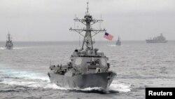 Một tàu khu trục Trung Quốc theo dõi một chiến hạm Mỹ trong tháng trước khi chiến hạm này đến cách một đảo nhân tạo Trung Quốc đang xây tại Biển Đông trong vòng 11 kilômét.
