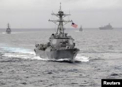 ເຮືອພິຄາດ ລູກສອນໄຟນຳວິຖີ ຂອງ ສະຫະລັດ USS Lassen ເດີນທາງເຂົ້າໄປມະຫາສະໝຸດ ປາຊີຟິກ ໃນຮູບທີ່ຖືກເຜີຍແຜ່ໂດຍ ກອງທັບເຮືອ ສະຫະລັດ ເມື່ອເດືອນພະຈິກ 2009.