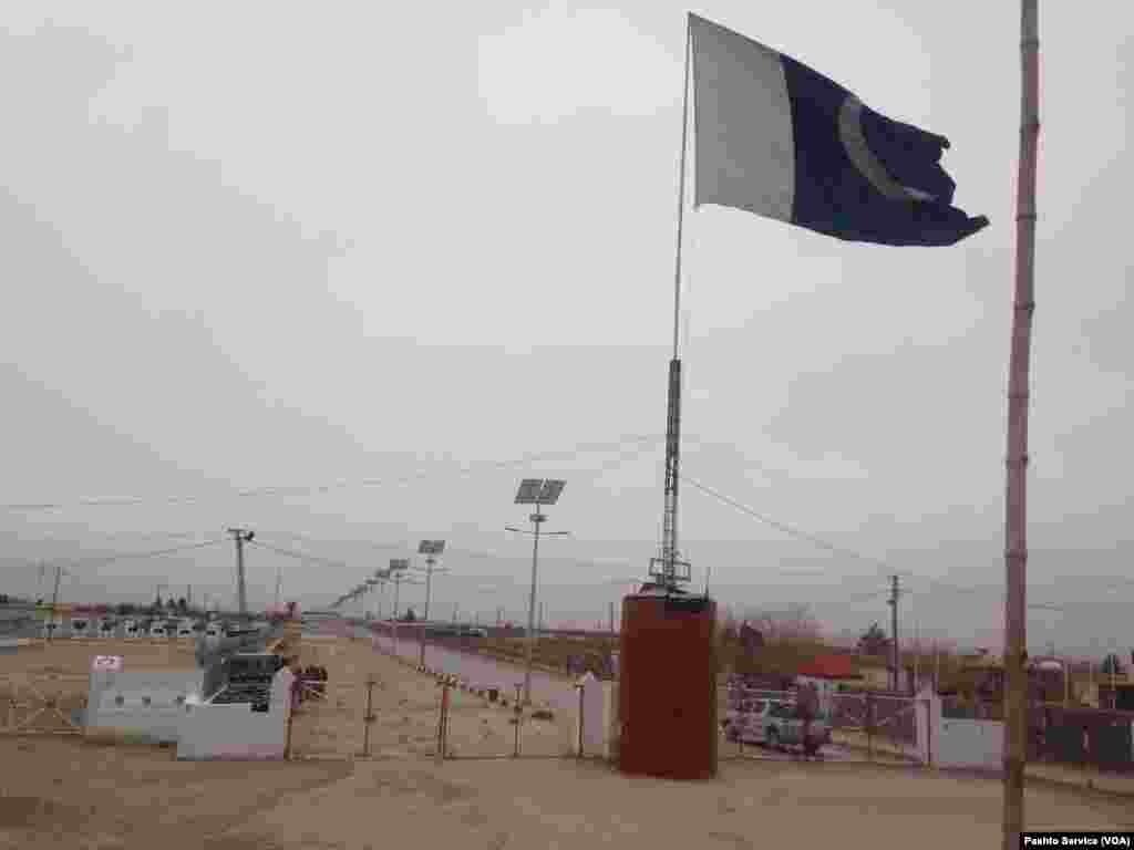 افغان علاقے اسپن بولدک کی دوسری جانب پاکستان کے صوبہ بلوچستان کا علاقہ چمن ہے۔