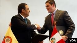 El ministro de Defensa colombiano (izquierda) le da la mano a su homólogo peruano durante una conferencia de prensa en Bogotá.