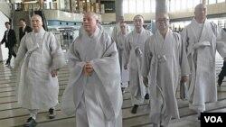 37 orang Bhiksu Budha Korea Selatan saat tiba di Korea Utara (3/9).