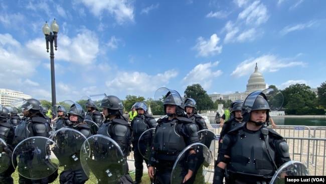La Policía del Capitolio vigila el edificio sede del Congreso de EE. UU. en Washington, D.C., el sábado, 18 de septiembre de 2021.