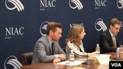 تیلور کولیس (نفر سمت چپ)، دستیار حقوقی و سیاسی شورای ملی ایرانیان آمریکا (نایاک).
