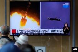 Orang-orang menonton layar TV yang menayangkan program berita tentang uji coba rudal jelajah jarak jauh Korea Utara, di Seoul, Korea Selatan, Senin, 13 September 2021. (Foto: AP)