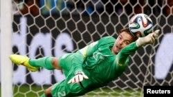 네덜란드의 골키퍼 팀 크륄이 승부차기에서 몸을 던져 볼을 막고 있다. 네덜란드는 크륄이 두 골을 막는 선방을 펼쳐 4-3으로 코스타리카를 승부차기로 꺾고 4강에 진출했다.
