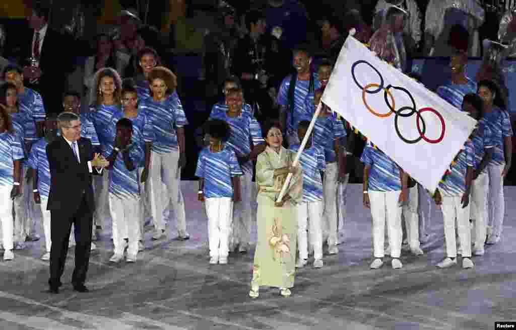 တိုက်ိဳ ၿမိဳ႕ေတာ္၀န္ Yuriko Koike ကို Olympics အလံေပးအပ္