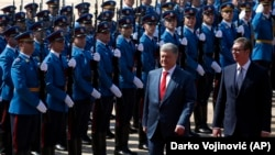 Predsednici Ukrajine i Srbije Petro Porošenko i Aleksandar Vučić prilikom ulaska u Palatu Srbija (Foto: AP/Darko Vojinović)